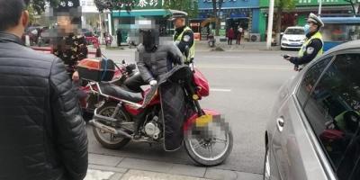 C1驾照考了,骑摩托车被交警抓住了,会怎么样?