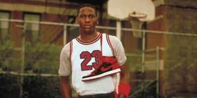 当年快要破产的耐克公司,为什么能够签下篮球之神乔丹?