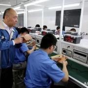 为什么现在的工厂不给正式工涨工资,却高价聘请临时工呢?