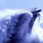 海上航行的船是怎么排暴雨风浪而带来的水?