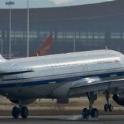 飞机很重,为什么飞机下的三个小轮子可以支撑整个飞机的重量?具体原理是什么?