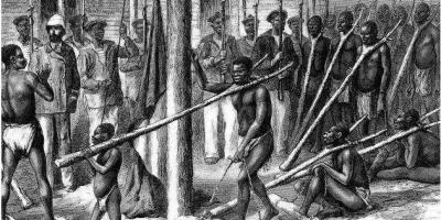 欧美殖民者贩卖运输黑奴时,为何把他们脱光,男女混住在一起?