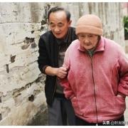有人问,有三十万存款养老和每月二千元退休金养老,哪个活得舒坦?