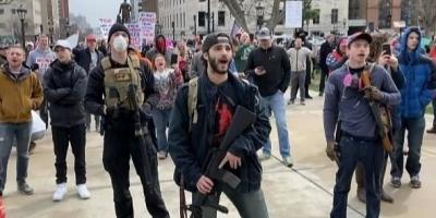 为什么美国老百姓人人有枪,但军警镇压他们时,却不用枪还击?