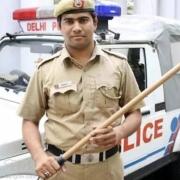 印度警察地位如何?为什么有些警察不配枪,却人手一个木棒?\r