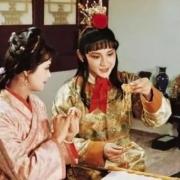 红楼梦里宝钗连喊三次让莺儿倒茶,莺儿为什么不去?