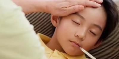 员工带孩子看病开会迟到,老板怒怼:是你看病重要,还是开会重要。对此你怎么看?