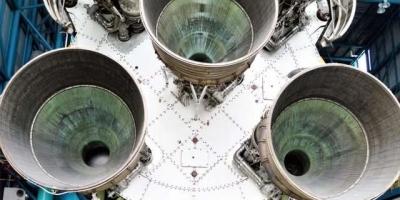 把土星5号火箭发动机装在航母后面,启动后,航母能飙到多少速度?