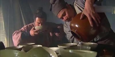 武松在景阳冈喝了18碗酒、两斤熟牛肉,正常人能一次性吃这么多东西吗?