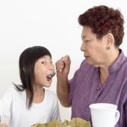 """当父母说:""""那是你自己的孩子,别指望我们""""时,你会不会难过?"""
