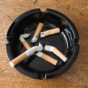 """为什么有人说""""烟灰缸里永远不要倒水""""?"""