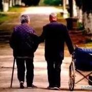 丧偶老头七十岁,存款十万,年收入三万,是独居好还是找老伴好?