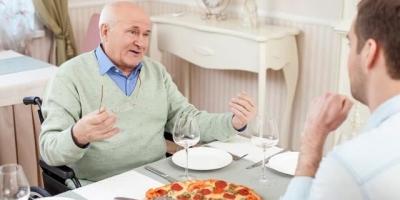 岳父退休了来我家住,天天暗示我给他买烟买酒,我该怎么办?