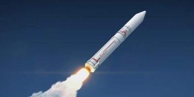 洲际导弹为何能飞那么远,导弹里装有发动机吗?