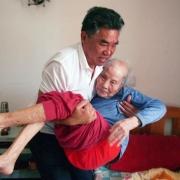婆婆患病10年,不让雇保姆,不去养老院,儿女们咋办?